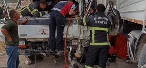 Araçta sıkışan 2 yaralı araç parçalanarak kurtarıldı