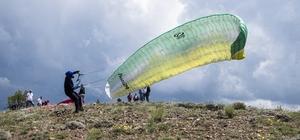 Doğanşar yamaç paraşütçülerinin nefesini kesti Doğal güzellikleri ile keşfedilmeyi bekleyen Sivas'ın Doğanşar ilçesi yamaç paraşütçülerini ağırladı, Doğanşar'da ilk kez uçuş gerçekleştiren profesyonel sporcular karşılaştıkları manzara ile adeta büyülendi
