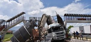 Çankırı'da üst geçit çöktü Tırın çarptığı üst geçit kara yoluna devrildi