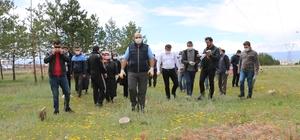 Başkan Orhan ve belediye çalışanları ormanlık alanda temizlik yaptı