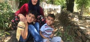 """Fedakar annenin engelli çocukları için yol mücadelesi Kahramanmaraş'ta doğuştan yürüme engelli 2 çocuğunu kucağında okul servisine götüren Zeynep Basılgan, """"Bizlere kimse yardımcı olmuyor"""" diyerek yardım istedi"""