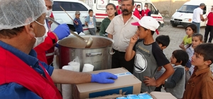 Depremzedelerin yaraları sarılıyor Bölgeye çadır sevkiyatı yapılırken, Kızılay tarafından da yemek dağıtımına başlandı