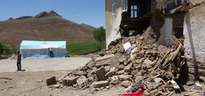 """Depremzedeler çadırlara yerleşiyor Gürpınar Belediye Başkanı Hayrullah Tanış: """"Maddi hasarları telafi edebilecek güçlü bir devletimiz ve hükümetimiz var"""""""