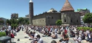 Erzurum'da cuma namazında meydanlar doldu taştı Tarihi Çifte Minareli Medrese ve Erzurum Kalesi önünde kılınan cuma namazında cemaat sağlık çalışanları için dua etti