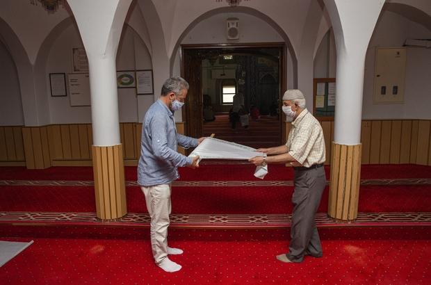 Çiğli Belediyesinden camilere tek kullanımlık seccade