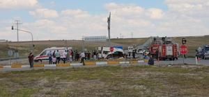 Konya'da minibüs ile tır çarpıştı: 6 ölü, 12 yaralı Olay yerine gelen kazazede yakınları kazada yaralanan küçük çocukları kucaklarına alarak bekledi