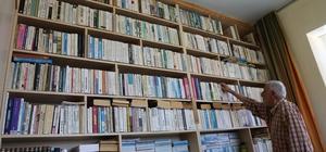 Servet dedenin hayat arkadaşı kitapları oldu Elazığ'ın Ağın ilçesindeki evinde yatağını bile kütüphanesinin önüne kuran, yüzlerce kitabı bulunan 85 yaşındaki Servet dede, ömrünü okumaya adadı