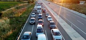 İstanbul'a dönüş çilesi Edirne'den yola çıkan tatilcilerin İstanbul'a gidişi sırasında trafik kilitlenirken, sürücüler yol ortasında kavga etti