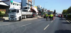 Üst geçidin yüksekliğini hesaplayamadı, trafiği felç etti İzmir'de dorsesinde kamyon bulunan tır üst geçide takıldı