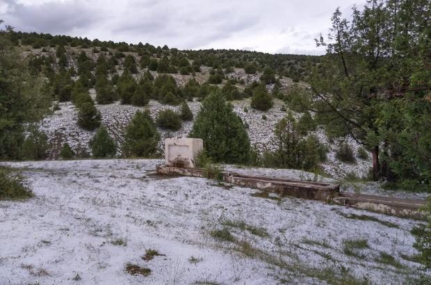 Dolu yağışı sele dönüştü, sokaklarda parke taşları söküldü Sivas'ın Gölova ilçesinde etkili olan dolu yağışı araziyi beyaza bürürken ilçe merkezinde sokakları kaplayan parke taşlarını söktü