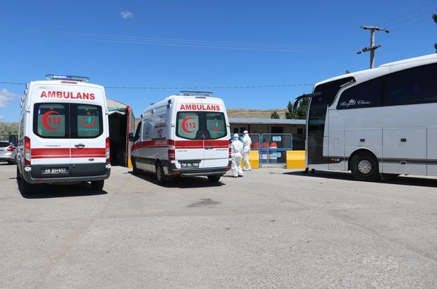 Testi pozitif çıkan yolcu, alarma geçirdi Sivas'tan İstanbul'a yolculuk yapan bir şahsın Kovid-19 testinin pozitif çıktığının anlaşılması üzerine şahıs ambulansla hastaneye kaldırıldı, otobüsteki vatandaşlara  ve şahısla temas eden polise Kovid-19 testi yapılacak