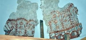"""Altay Dağlarından Bilecik'e uzanan Türk motifleri 1200 yıllara ait motifler İsa Sofu Türbesinde yapılan tadilatta tesadüf eseri bulunmuştu Yedi Tepe Üniversitesi Tarih Bölümü Başkanı Prof. Dr. Ahmet Taşağıl; """"Altay Dağlarındaki Türk kültürünün Bilecik'e kadar nasıl taşındığını bir kere daha fark etmiş oldum"""" """"İsa Sofu Türbesi içinde, Altay Dağlarındaki bir köyde yer alan müzede de gördüğüm motifler oldu"""" """"Belki bizim tarihimizin kültürümüzün çok farklı alanlara gitmesine sebep olacaktır bu motifler hepimizi heyecanlandırmaktadır"""""""