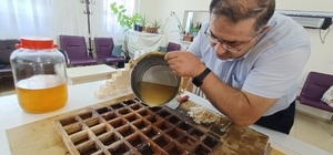 Kayısı çekirdeği üretime kazandırıldı, sabun ve kolonya oldu Elazığ'da yapılan çalışmalarda cildi yumuşattığı ve yaşlanma belirtilerini geciktirdiği ortaya çıkan kayısı çekirdeğinin yağı, sabunu ve kolonyasının ilk üretimleri yapıldı