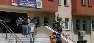 Kadın hırsızlar yakalandı Daha önce soydukları sarraf dükkanına bir daha gelince yakayı ele veren kadın hırsızlar tam bir suç makinesi çıktı Kadınların biri 10, diğeri ise 2 ayrı suçtan tüm Türkiye genelinde arandığı belirtildi