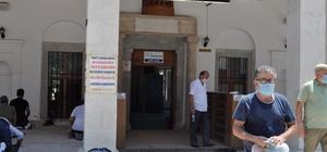Marmaris Merkez Cami'de sosyal mesafeli Cuma namazı Namazdan sonra vatandaşlara lokma dağıtıldı