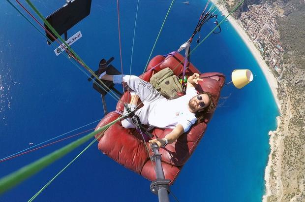 Havada 'uçan koltuk' Fethiye Ölüdeniz'de daha önce havada okey ve tavla oynayarak atlayış gerçekleştiren Hasan Kaval bu defa koltuk ile atlayış gerçekleştirdi