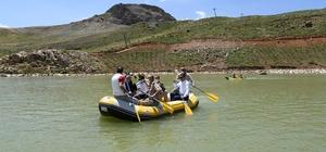 """Vali Akbıyık sporcularla birlikte rafting ve kano yaptı Vali Akbıyık,""""Hakkari Kayak Merkezi tüm Türkiye'nin yaz-kış cazibe merkezi olacak"""""""