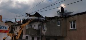 Gümüşhane'de yıldırım düşmesi sonucu yangın çıktı Salyazı köyünde 4 dairenin çatısı küle döndü