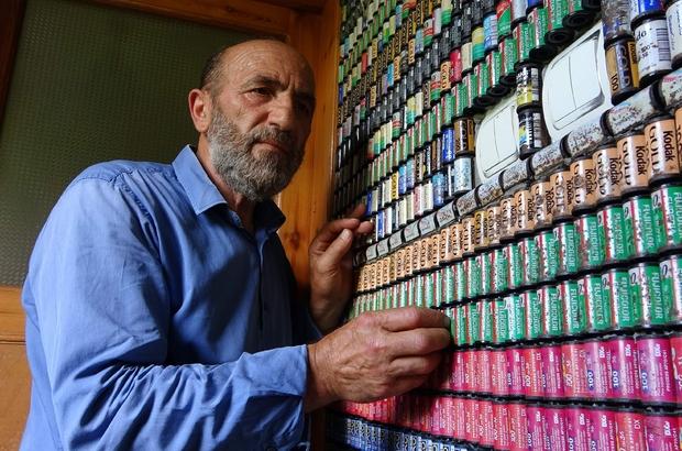 """Dünyada eşi benzeri yok Trabzon'un Of ilçesindeki ev sıradışı görüntüsü ile dikkat çekiyor """"Gazetecinin evi böyle olur"""" diyerek yıllarca biriktirdiği 82 bin film makarasıyla evini bambaşka bir hale getirdi Yaklaşık 42 yıldır gazetecilik mesleğini sürdüren Şemsettin Öztürk yaptığı çalışmayla Guinness Rekorlar Kitabı'na giremediği için üzgün"""
