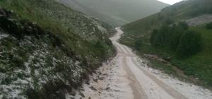 Dolu yağışı sonrası her yer bembeyaz oldu Yaylada araçlar zincir takarak ilerleyebildi