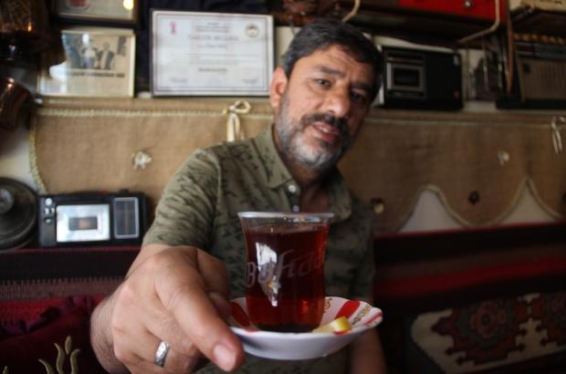 Müşteriye özel isimli çay bardağıyla virüse önlem alıyor Bu kahvehanede her müşteri kendi isminin yazılı olduğu bardakla çay içiyor