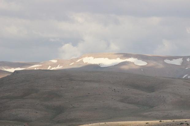Bolkar dağındaki kar, görenlerin içini serinletti