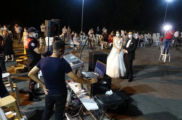 (Özel) Düğünde polisten halay ikazı Düğünde sosyal mesafeye uymayanlara polisten sürpriz uyarı Karşılıklı göbek atan vatandaşlar polisi görünce ne yapacaklarını şaşırdı Eline mikrofonu alan polis ekipleri, gelin ve damadın yakınlarını ikaz etti