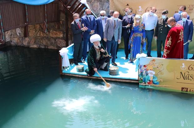 """61. Uluslararası Nasreddin Hoca Şenliği başladı """"Aşının tarifesi bende"""" temasıyla düzenlenen şenlikte temsili Nasreddin Hoca Şoray Uzun, Akşehir Çayı'nda oluşturulan platformda maya çaldı, temizlik, maske ve mesafeye dikkat çekti"""