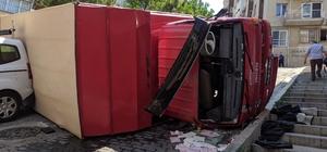 İzmir'de eşya taşıyan kamyon devrildi
