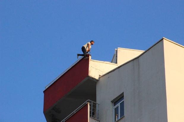 Dokuzuncu kattan atlayarak intihar etti Karaman'da 9 katlı binanın çatısına çıkan bir kişi herkesin gözü önünde aşağıya atlayarak intihar etti