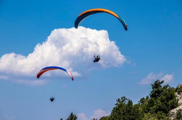 Şalvarlı yamaç paraşütü Adana'nın Feke ilçesinde bulunan Hopka Dağınde ilk kez Yamaç Paraşütü Festivali düzenlendi Yöre halkı şalvarları ile yamaç paraşütüyle gökyüzünde lavanta bahçelerine süzüldü
