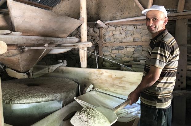 Bu değirmende 3 asırdır un öğütülüyor Adana'nın Feke ilçesine bağlı Süphandere Mahallesinde yaklaşık 300 yıllık su değirmeni yıllara meydan okuyor Ata yadigarı değirmeni kuşaktan kuşağı işleten Ramazan Şengül, değirmenle yapılan unun daha kepekli ve lezzetli olduğunu söyledi