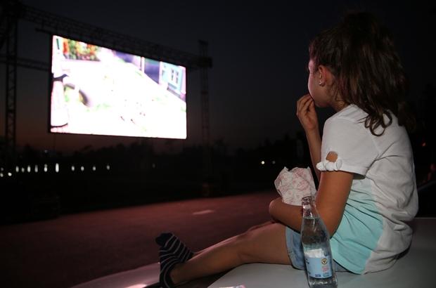 Bu kez çocuklar arabada sinema keyfi yaşadı Ellerinde gazozlarla Rafadan Tayfa'yı izlediler