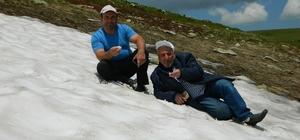 Sıcak havadan bunalanlar, serinlemek için yayladaki karlı bölgeye koşuyor