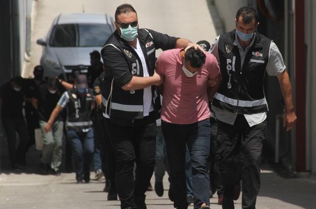 """Arazi mafyasına 6 tutuklama Adana'da """"çıkar amaçlı silahlı organize suç örgütü"""" kurarak, vatandaşın devletten kiraladığı 400 dönüm araziye silah tehdidiyle el koydukları ve mahsulünü de sattıkları ileri sürülen 16 zanlıdan 6'sı tutuklandı"""