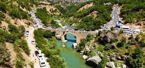 Burası Ege kanyonları değil Diyarbakır Korona virüs salgını nedeni ile tatile çıkamayan vatandaşlar, Diyarbakır'ın saklı cenneti Taşköprü'ye akın etti Manzarasıyla Ege ve Akdeniz kanyonlarını andıran Taşköprü, tatilcilerin akınına uğradı