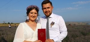 Mor tarlada evlendiler