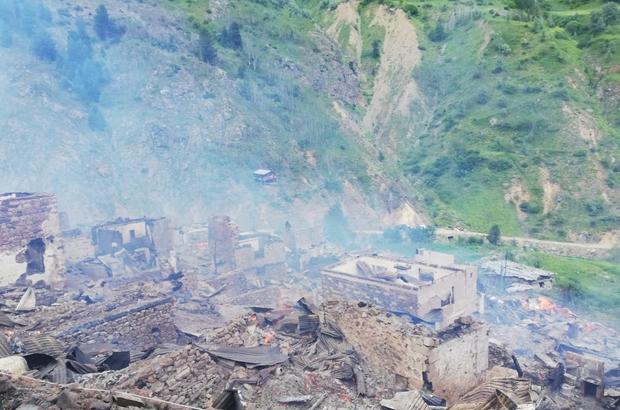 Artvin'in Yusufeli ilçesi Dokumacılar köyü Sahlepçiler mahallesindeki yangın kontrol altına alındı Yangında 40 ahşap ev yanarak kullanılamaz hale gelirken, can kaybı yaşanmadı