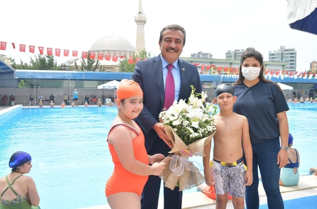 Havuzlar çocuklarla şenlendi Çukurova Belediyesi yüzme kursları Hayal Park açık yüzme havuzunda başladı