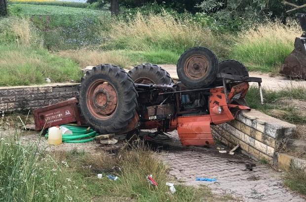 Devrilen traktörde az daha canından oluyordu