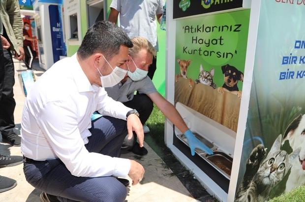 Sokak hayvanlarını besleyen geri dönüşüm otomatı Nevşehir Belediyesi şehrin farklı noktalarına mamatik yerleştirdi