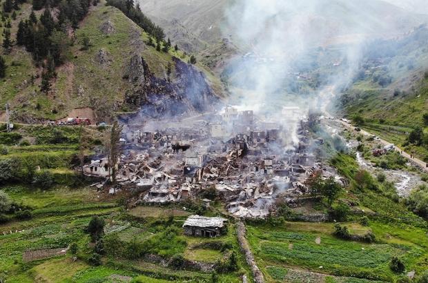 """Yusufeli'de çıkan yangında 35 ev kullanılmaz hale geldi Vali Doruk Açıkladı, bir mahalle tamamen yandı """"35 haneden hiç kalan bina yok, yangın buradaki evlerinin tamamını kullanılmaz hele getirdi"""""""