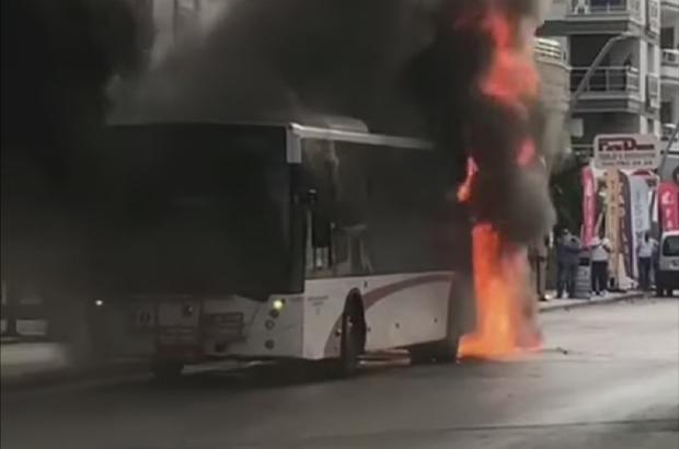 İzmir'de faciadan dönüldü, belediye otobüse alev alev yandı Seyir halindeki belediye otobüsünde yangın çıktı, yolcular tahliye edildi
