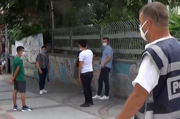 Korona virüs denetiminde ilginç anlar Polisi gören 6 kişilik grup hemen maske takıp sosyal mesafe düzenine geçti Sağlığı değil cezayı düşünenler, polisi görünce maske taktı