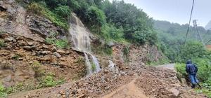 Giresun'da etkili olan sağanak yağış nedeniyle karayollarında heyelan meydana geldi