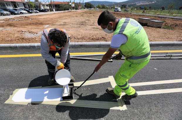 Büyükşehir 5 Bin 883 kilometre yol çizgisi yaptı Muğla Büyükşehir Belediyesi il genelinde sürdürdüğü yatay ve düşey işaretleme çalışmalarında bugüne kadar 8 Bin 921 noktada 5 Bin 883 kilometre yol çizgi çalışması yaptı.