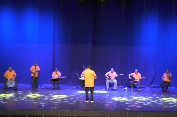 Antalya'nın temizlik işçilerinden paylaşım rekorları kıran mini konser Muratpaşa Temizlik İşleri müzik grubu gecenin yıldızı oldu Cadde ve parkların temizliğiyle görevli personel, enstrümanları ile usta gruplara taş çıkarttı