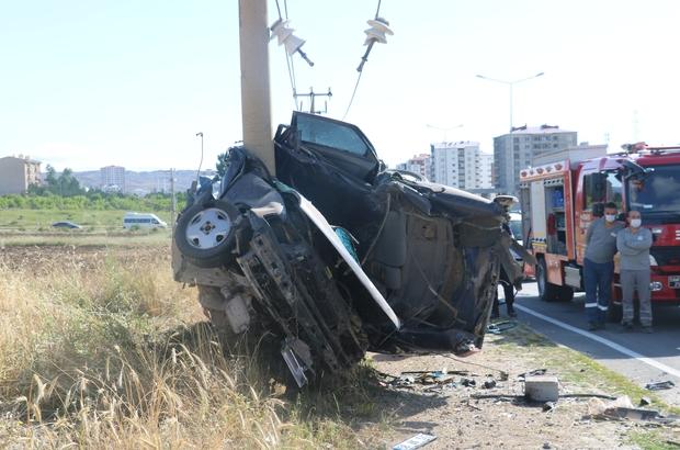 Sivas'ta otomobil elektrik direğine saplandı: 1 ölü