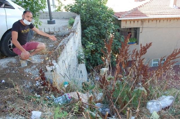 """Evinin bahçesi çöplüğe dönen vatandaş: """"Havadan mı geliyor bu çöpler"""""""