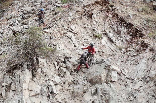 Görenler heyelan zannetti, yamaçtaki dev kayalar temizlendi Artvin'de yola düşme riski olan dev kayalar dağcılar tarafından temizleniyor